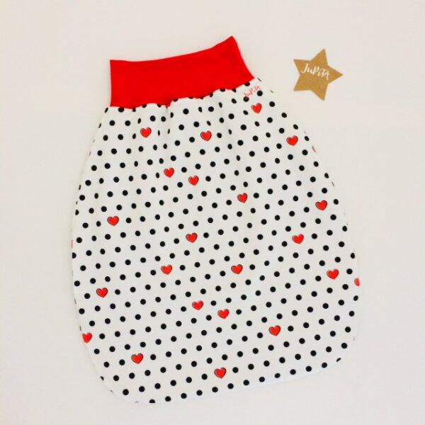 Strampelsack Herzen rot und Punkte schwarz auf weiß